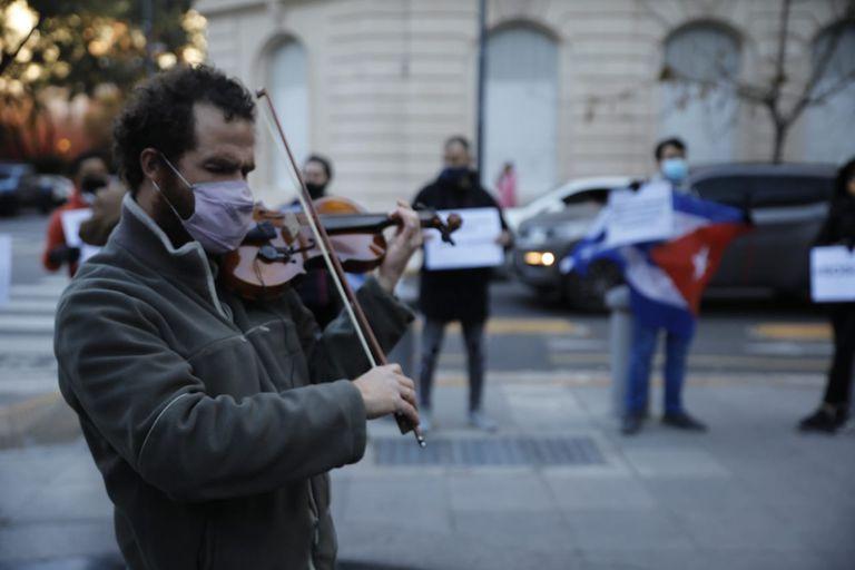 La historia detrás del violinista cubano que cruzó al becario del Conicet en Intratables