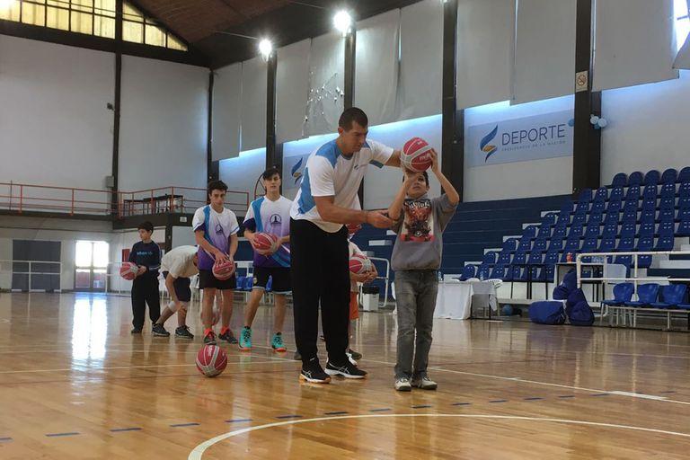 Rubén Wolkowyski y su clase de básquetbol para los chicos