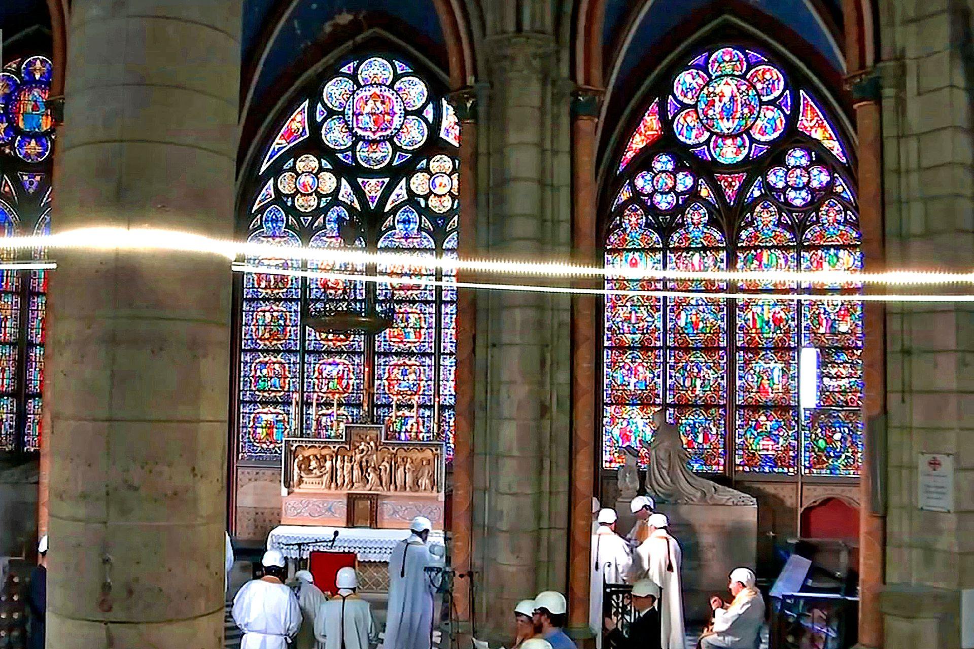 Michel Aupetit, Arzobispo de París, utilizó un casco rígido. Los restos de madera quemada aún son visibles y solo ingresaron unas 30 personas al templo