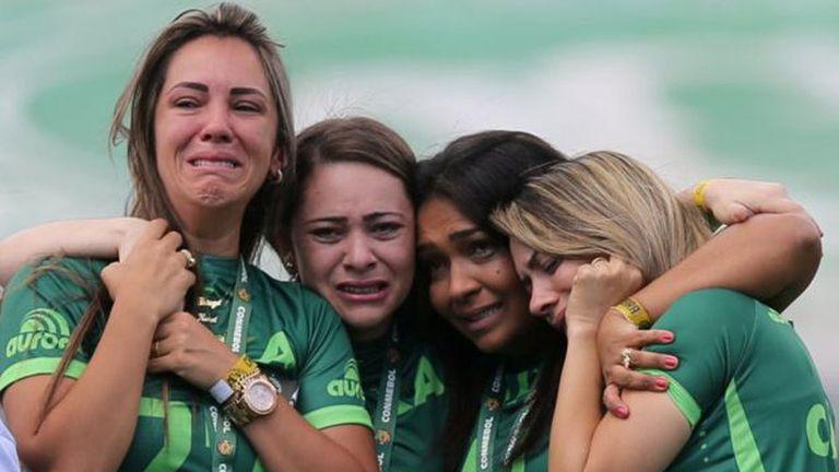 El llanto de las mujeres deudas de los fallecidos en el accidente de Chapecoense