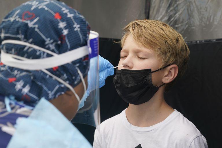 Jonathan Pagliarulo, de 11 años, se somete a una prueba diagnóstica de COVID-19, el lunes 9 de agosto de 2021, en North Miami