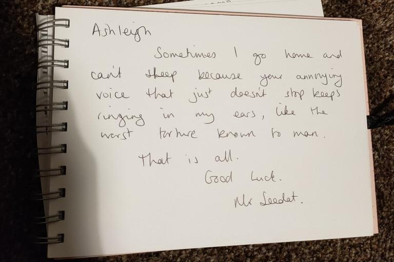 """En inglés, un docente le escribió a una de sus estudiantes que su tono de voz es """"una tortura"""""""