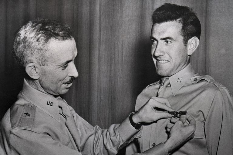 El Brigadier General Isaiah Davies condecora a Louis Zamperini.