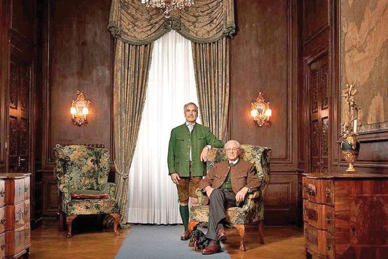 Junto a su perro, la pareja posa en uno de los salones del palacio de Nymphenburg