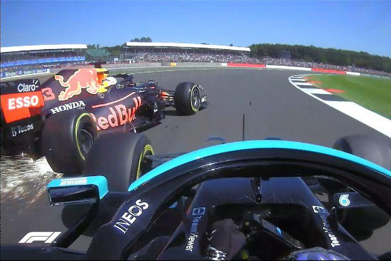 El momento en el que Hamilton tocó a Verstappen y lo dejó afuera de Silverstone