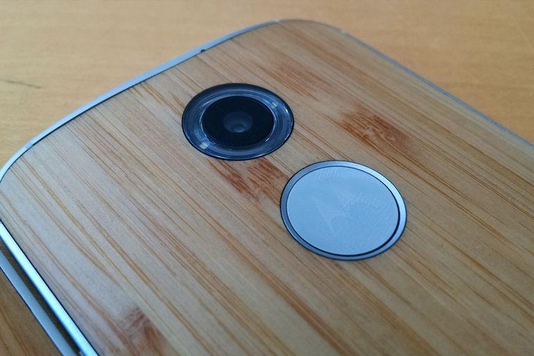 La cámara de 13 megapixeles usa un flash en anillo para una iluminación con sombras difusas