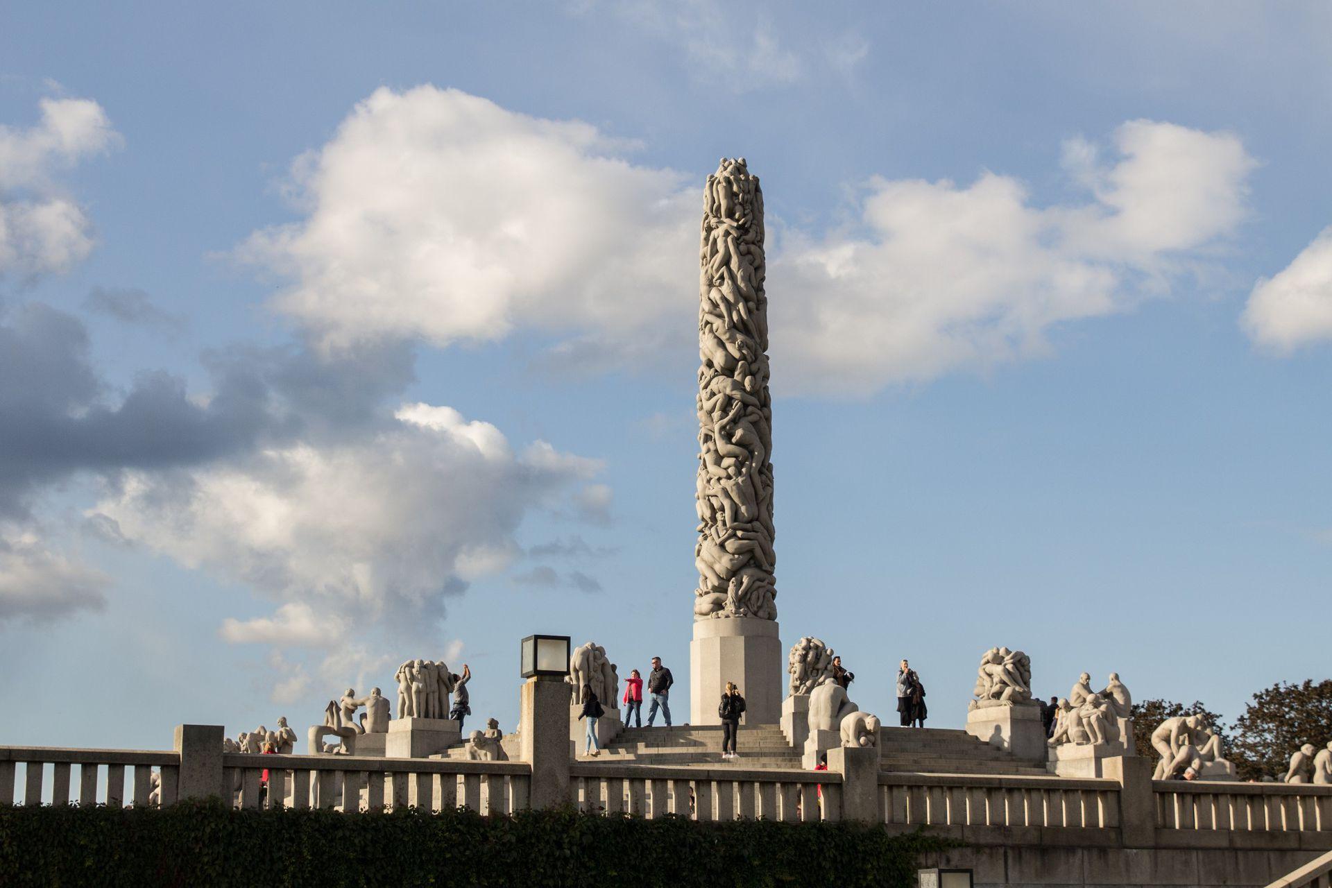 Parque de esculturas de Gustav Vigeland. El Monolitten es una columna de 14 metros con cuerpos entrelazados en un solo bloque de granito.