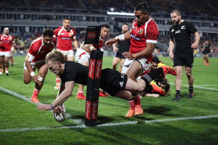 Damian McKenzie apoyó uno de los tries de los All Blacks en el triunfo ante Tonga