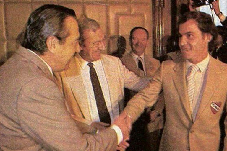 Raúl Alfonsín y el máximo ídolo de la historia de Independiente: el Bocha Bochini