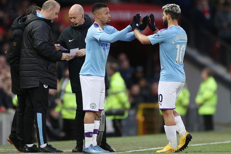 Entra Gabriel Jesús y sale el Kun Agüero: Guardiola los puede poner juntos en Manchester City, pero en ese caso reubica al centrodelantero brasileño como volante o extremo izquierdo