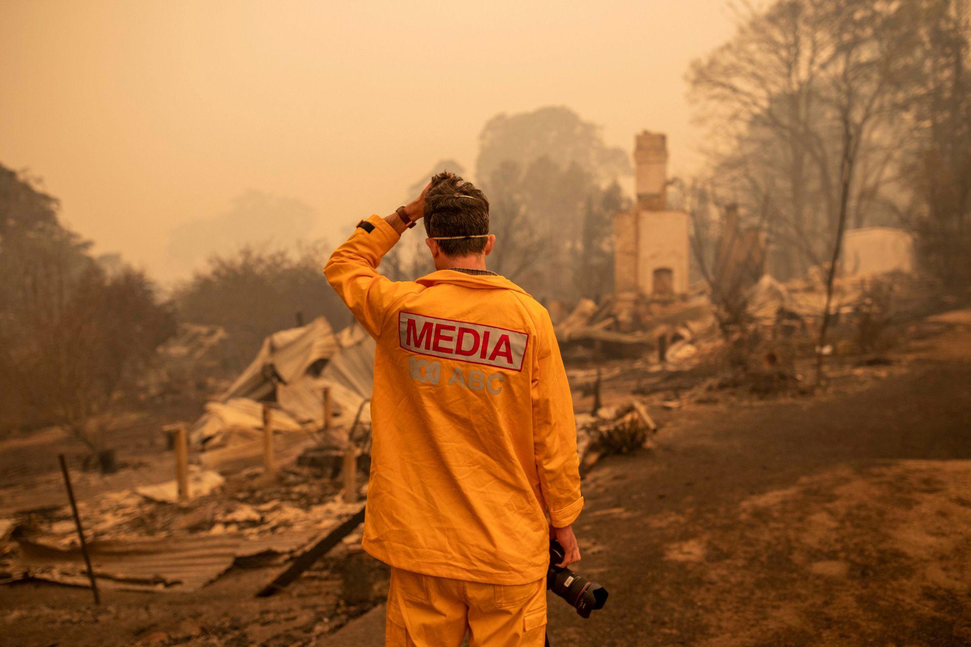 El fotógrafo de ABC Matt Roberts responde a la vista de la casa destruida de su hermana después de un incendio forestal en Quaama, Australia. El fuego destruyó más de 200 casas y miles de personas esperan auxilios, bloqueadas en las áreas afectadas por el fuego.