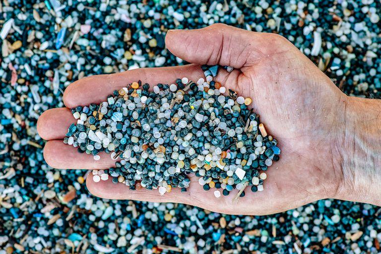 Las personas comen alrededor de 2000 partículas de plástico cada semana; esto equivale a unos 5 gramos