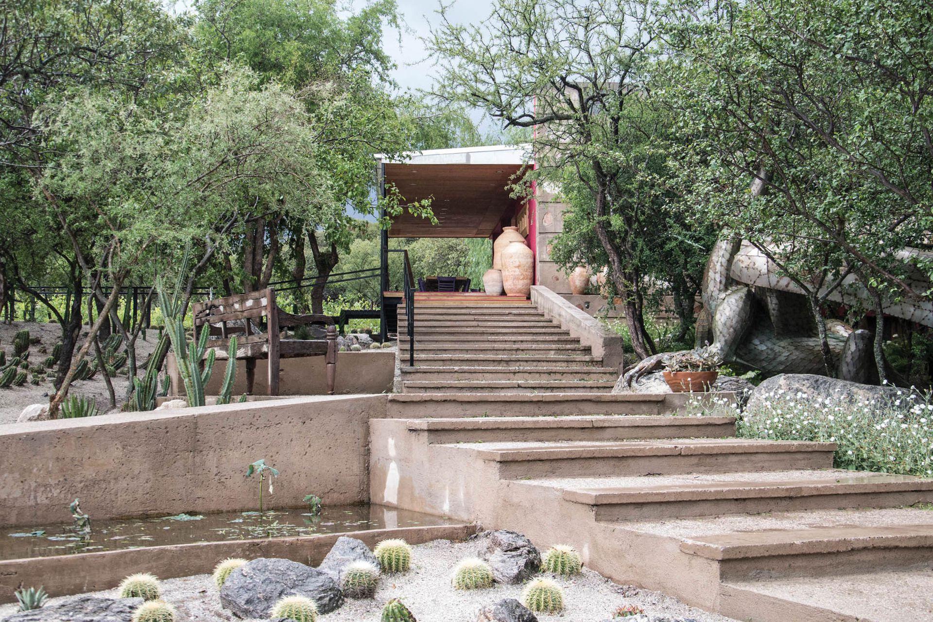 La bodega es una de las últimas construcciones emprendidas por Goyo y Ana. El dragón realizado por el artista Basilio Cheli (Bachi) sorprende en el ingreso a la bodega.