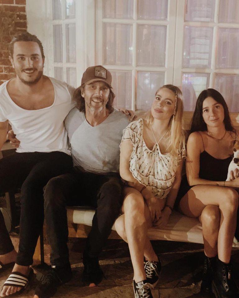 Unidos. Eduardo posa con sus hijos, Manuel y Lucia -de su matrimonio con Mercedes Sarrabayrouse- y Florencia, su actual pareja.