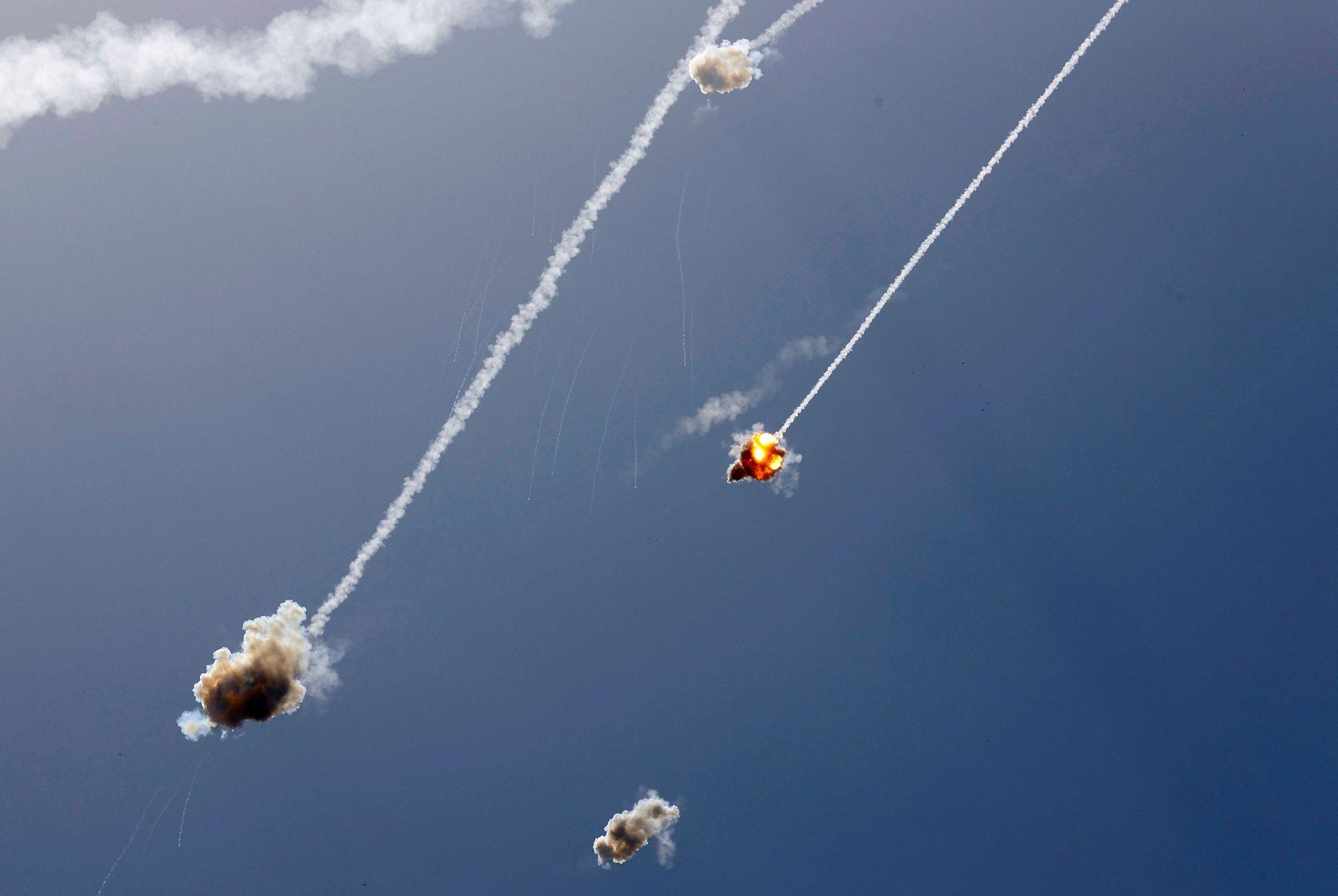 El sistema de defensa aérea Cúpula de Hierro de Israel intercepta un misil lanzado desde la Franja de Gaza, controlada por el movimiento palestino Hamas, sobre la ciudad de Ashkelon, en el sur de Israel, el 11 de mayo de 2021