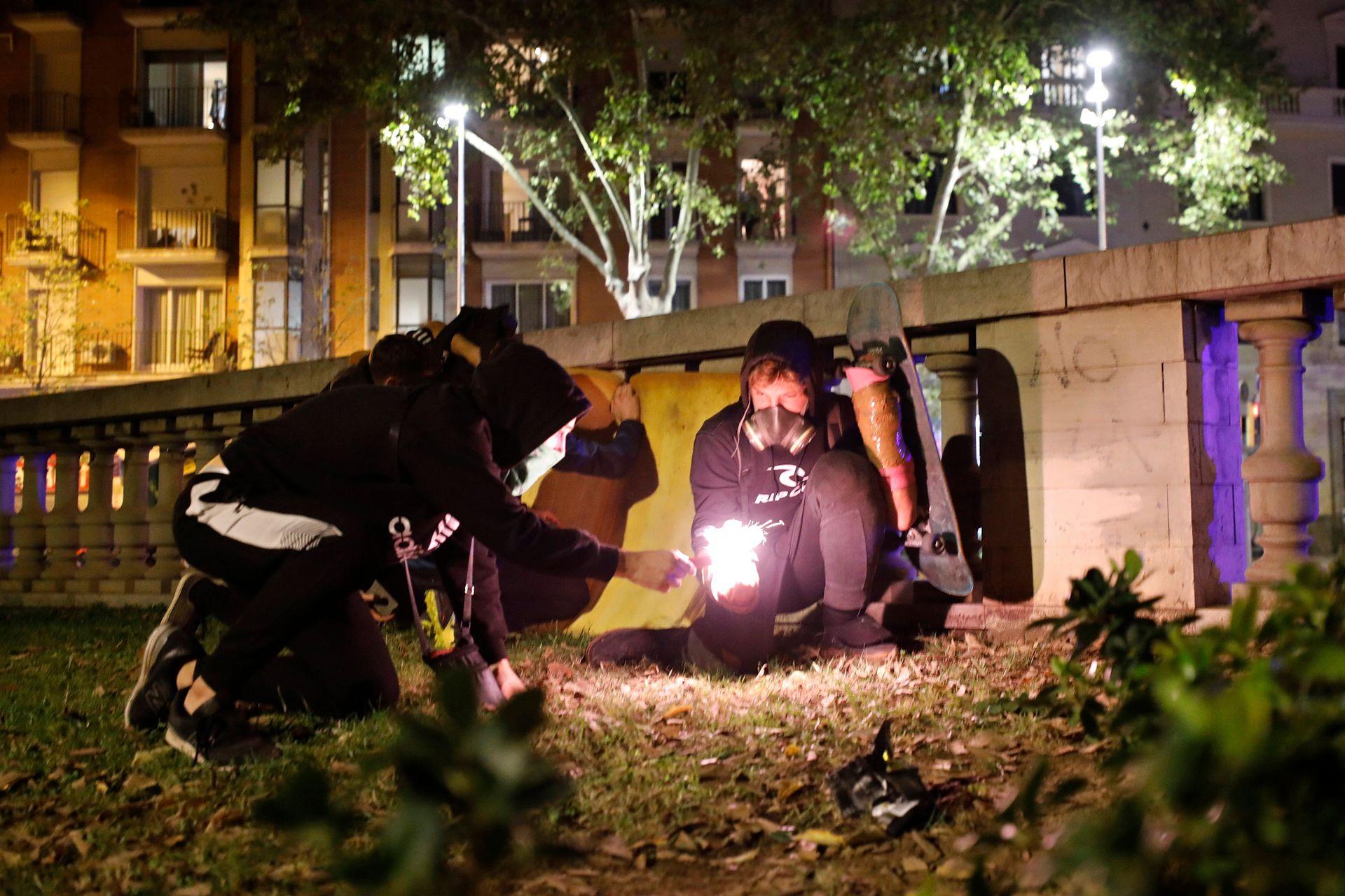 """Los jóvenes les lanzaron cócteles molotov y """"objetos con ácido"""", e incluso intentaron alcanzar con artefactos pirotécnicos un helicóptero de la policía nacional, sin éxito."""