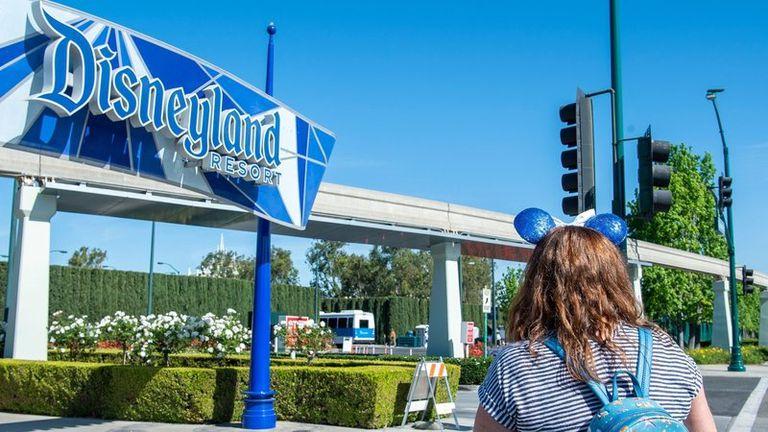 Disneyland reabre sus puertas en California, que se aleja del Covid