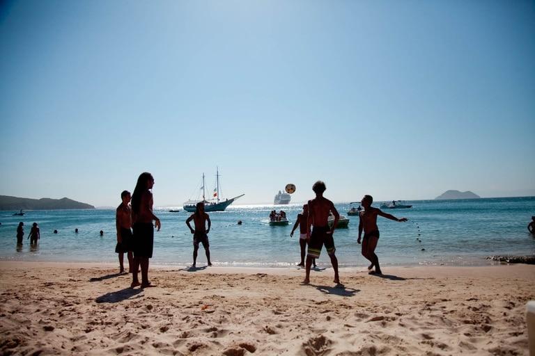 Jugando altinha en Azeda, una de las tantas playas de Búzios
