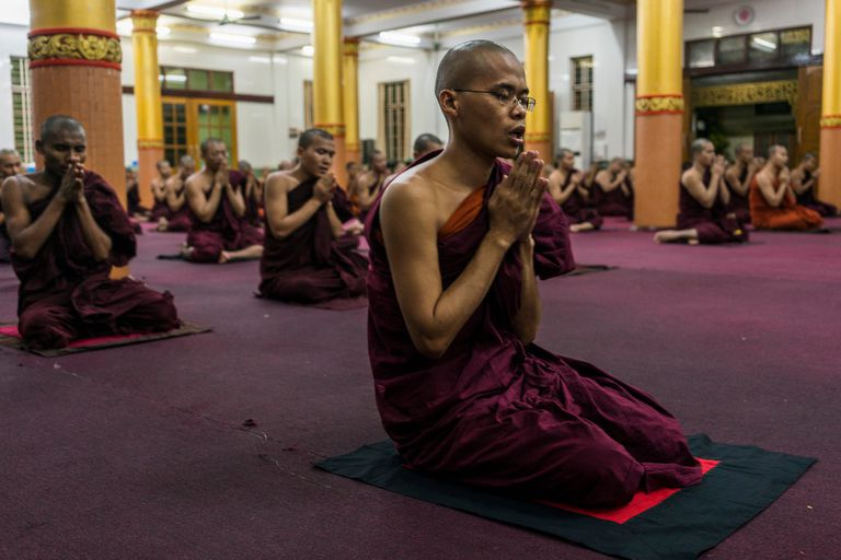 Monjes orando en el monasterio Bengala en Rangún, Birmania