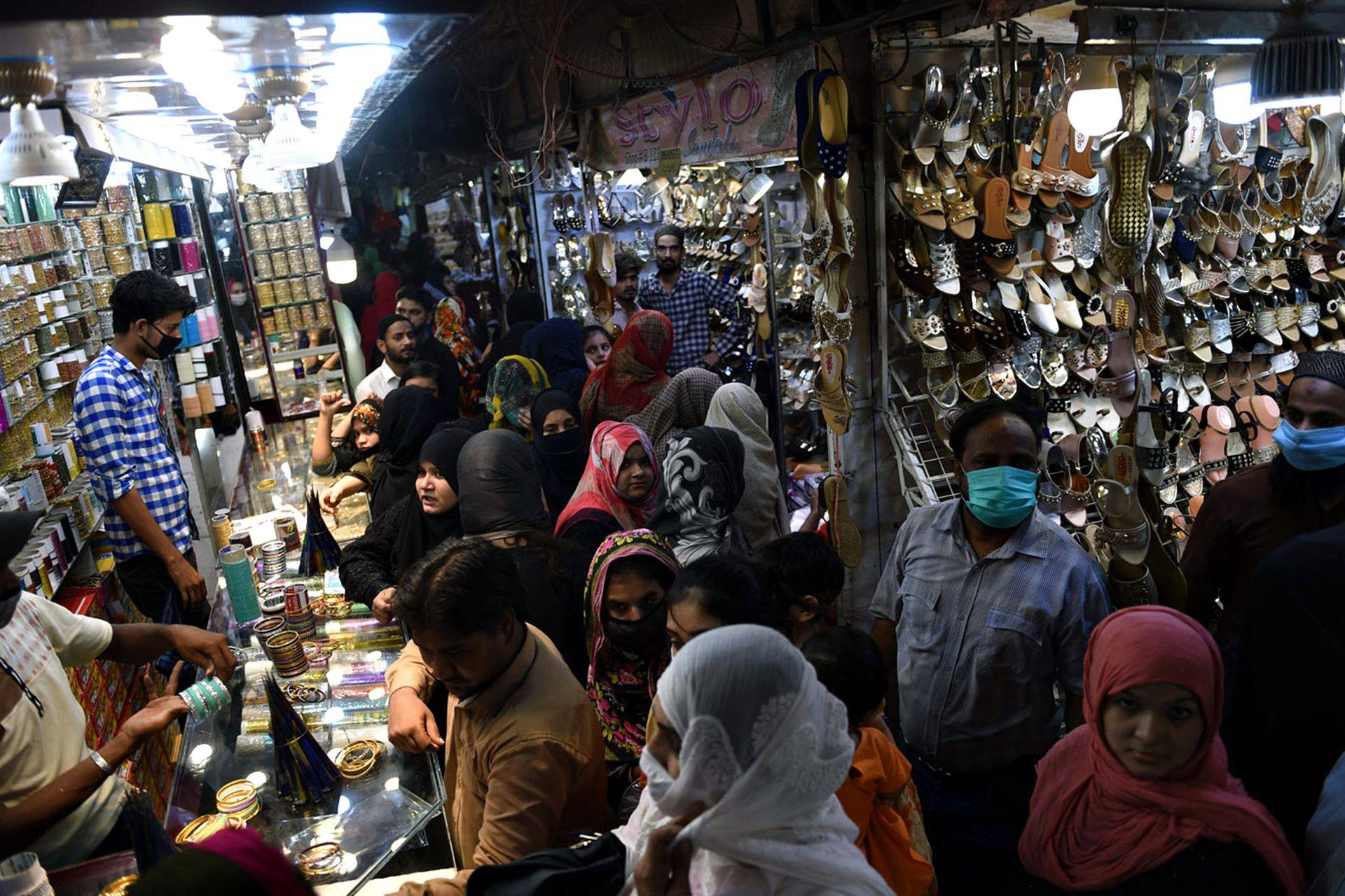 Los bazares repletos durante el Festival musulmán de Eid al-Fit en Karachi, Paquistán
