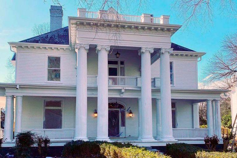 El estadounidense Adam Miller tuvo una idea especial: restaurar la casa de la infancia de Jessica, su esposa, para mudarse con ella y sus cuatro hijos