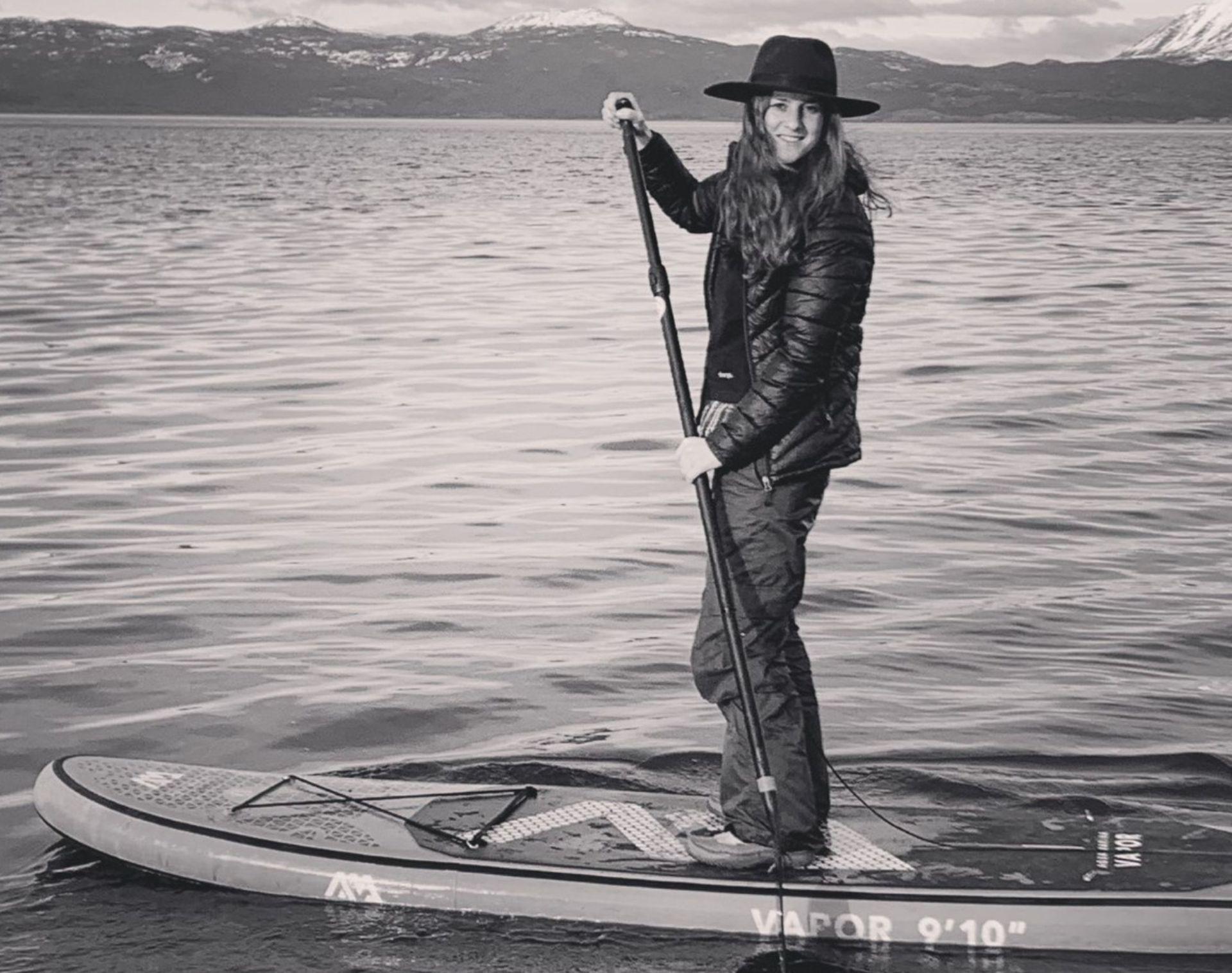 En el transcurso de su estadía en Ushuaia, cuenta, empezó a practicar SUP (Stand Up Paddle) por lo que se compró una tabla que la lleva siempre en el baúl de su auto.