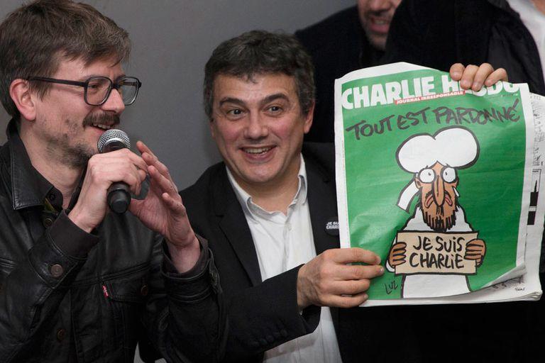 El columnista Patrick Pelloux (derecha) y el dibujante Luz (izquierda)  presentaron la edición de mañana