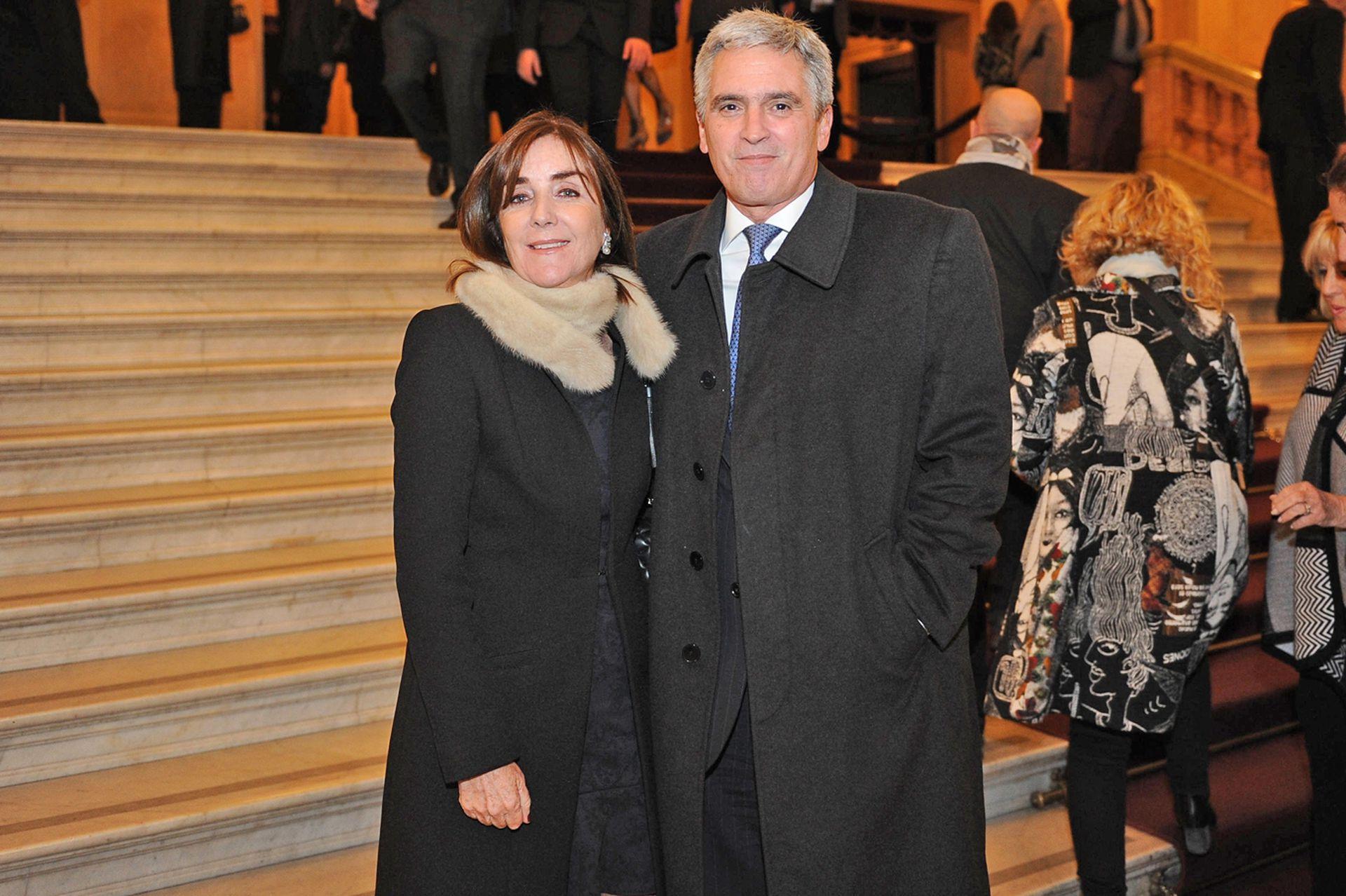 El embajador de Perú en Argentina, Peter Camino Cannock junto a su esposa, al llegar a la gala