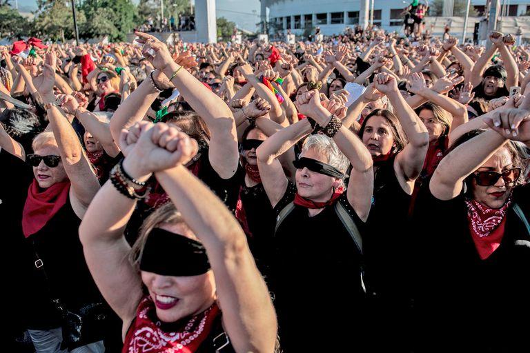 """Miles de mujeres interpretaron """"El violador eres tú"""" afuera del Estadio Nacional"""