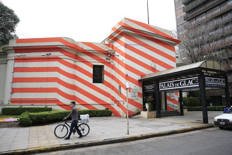 Con su intervención, el artista Bertrand Ivanoff ya cambió la fachada del Palais de Glace
