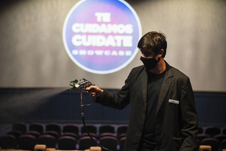 Proceso de sanitización de las salas de cine entre funiones en el Showcase de Belgrano durante la primera función durante la pandemia
