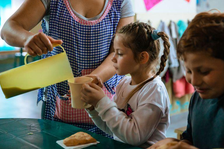 La cifra de quienes desayunan, almuerzan, meriendan o cenan fuera de sus casas en villas y asentamientos asciende a 40%, y 44% si se trata de hijos de trabajadores marginales.