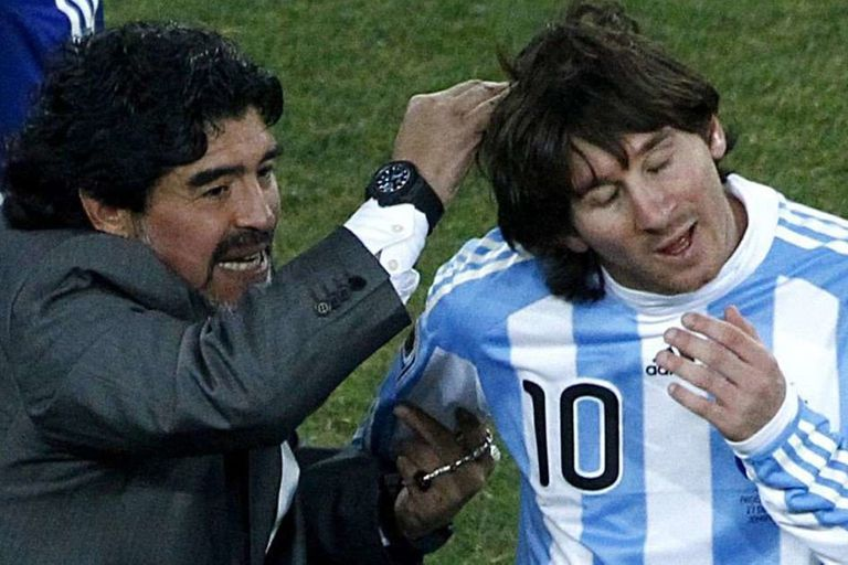"""En 2010, Maradona le regaló a Messi una camiseta de la selección autografiada: """"Con todo mi cariño y admiración, tu DT"""", le escribió"""