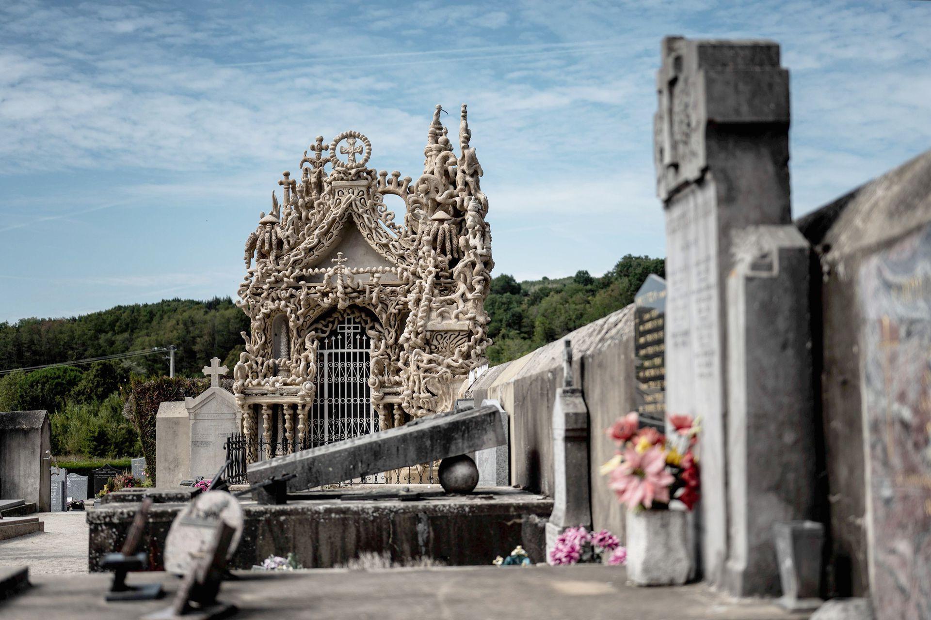 Con el deseo de ser enterrado en un palacio, el humilde cartero, adquirió un terreno en el cementerio y dedicó los siguientes ocho años a la construcción de su propio mausoleo, la terminó 20 meses antes de su muerte, en 1924, a los 88 años