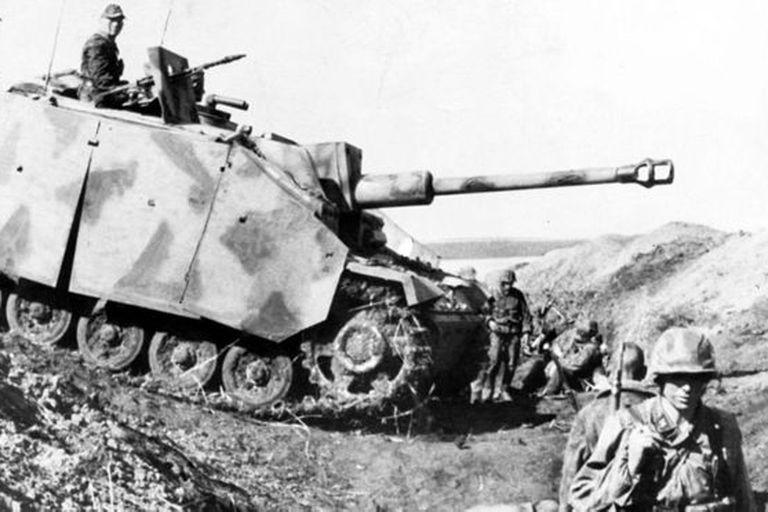 Los artilleros soviéticos contrarrestaron el avance de tanques alemanes durante la Batalla de Kursk en el verano de 1943