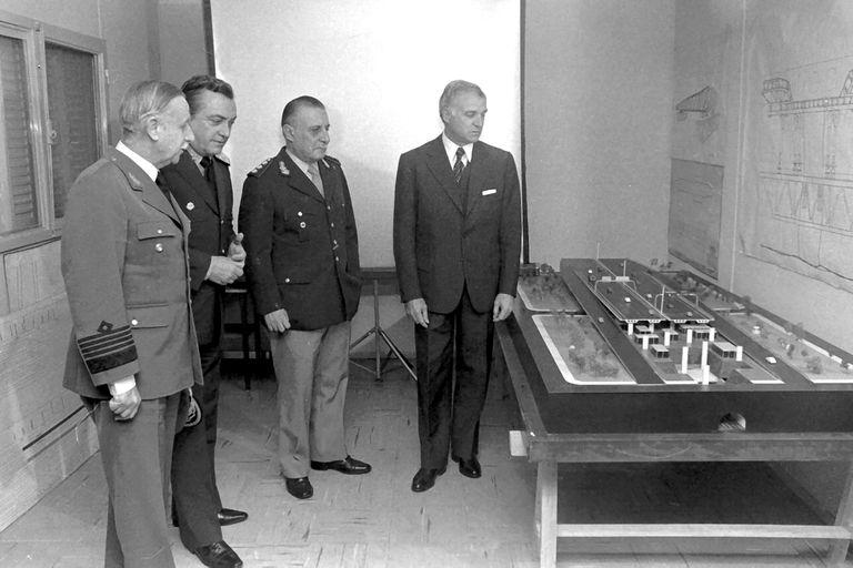 Militares visitan la obra de la Autopista 25 de Mayo, en mayo de 1979