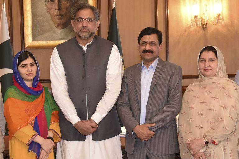 Malala junto al primer ministro de Pakistán, Shahid Khaqan Abbasi y a sus padres