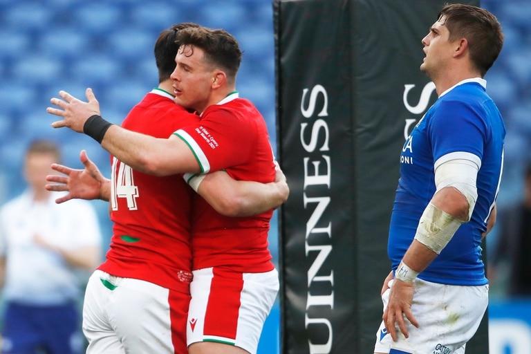 Louis Rees Zammit festeja con Elliot Dee luego de anotar un try durante el partido entre Gales e Italia por el Seis Naciones.