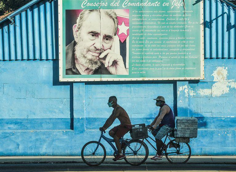 Un mural de Fidel Castro en La Habana. El régimen se esfuerza en no aflojar las riendas en su política interior
