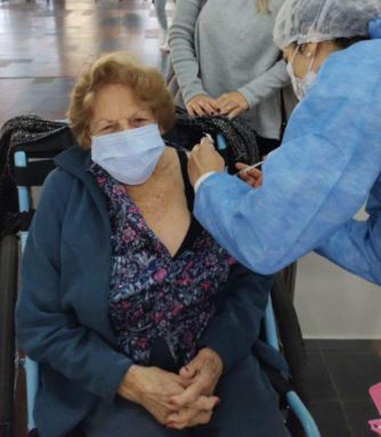 Maruja recibió la segunda dosis de la vacuna el mismo día que cumplió 101 años