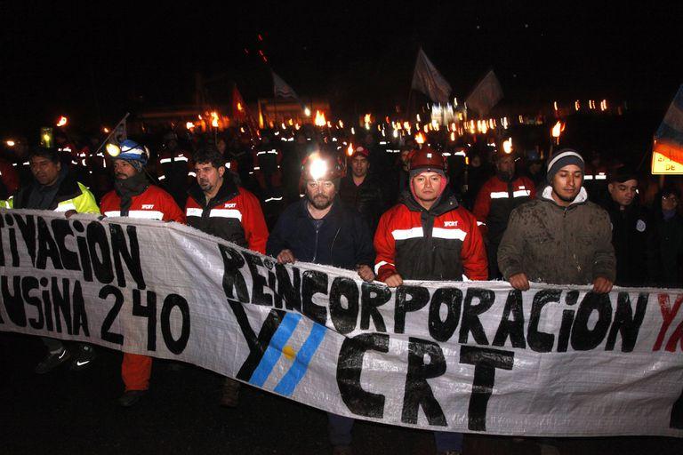 Río Turbio: un grupo de mineros encabeza una marcha de antorchas y linternas contra los despidos en la usina, que nunca funcionó
