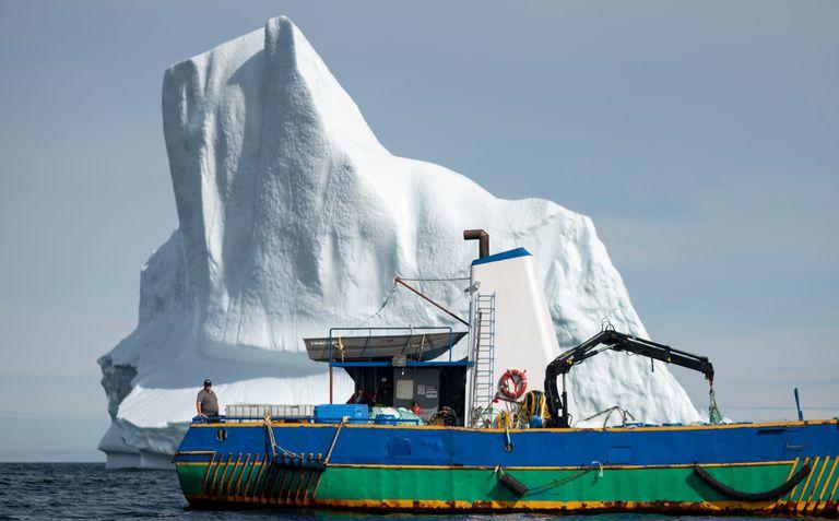 El Capitán Edward Kean se para en su bote frente a un iceberg en la Bahía de Bonavista el 29 de junio de 2019 en Terranova, Canadá