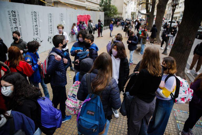 Pese a la oposición de la Asociación Gremial Docente (AGD), ayer volvieron las clases presenciales en el Colegio Nacional de Buenos Aires