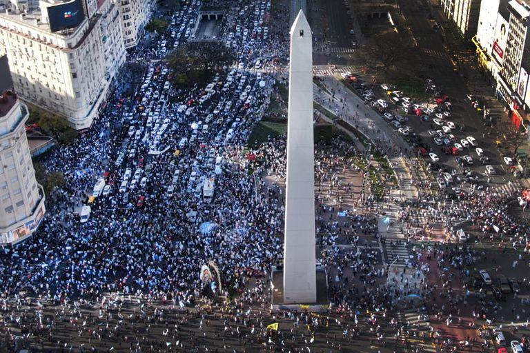 Libertad y justicia fueron las dos consignas más repetidas en los carteles de la protesta del 12 de octubre que combinó un clima de enojo y fervor patriótico en el Obelisco