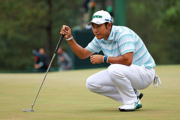 Hideki Matsuyama observa antes de tomar una decisión, en la tercera vuelta del Masters en el Augusta National Golf Club.