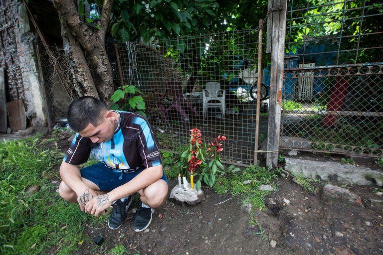 Un vecino se acercó a homenajear a Maradona en la casita de Azamor 523, donde se crió la leyenda