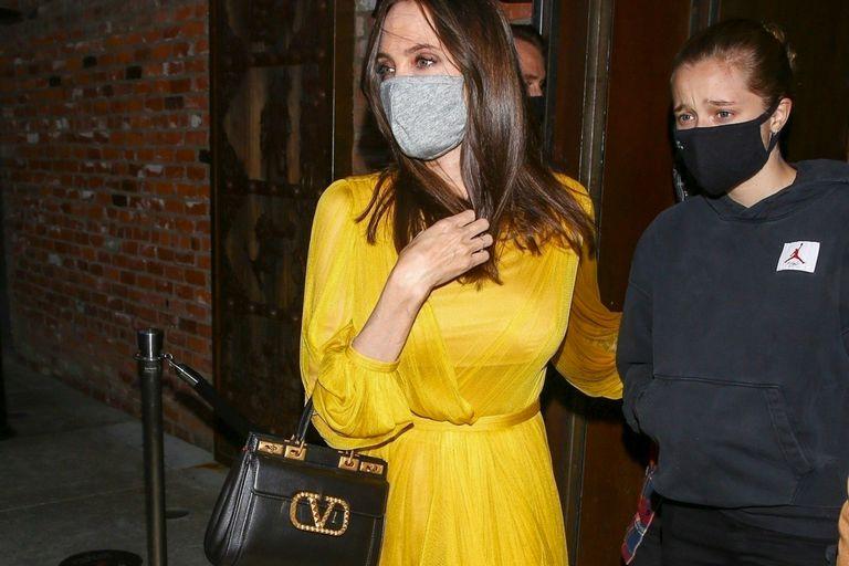 Para celebrar su cumpleaños número 46, Angelina Jolie salió a cenar en Los Angeles con sus seis hijos: Maddox, Pax, Zahara, Shiloh, Vivienne y Knox