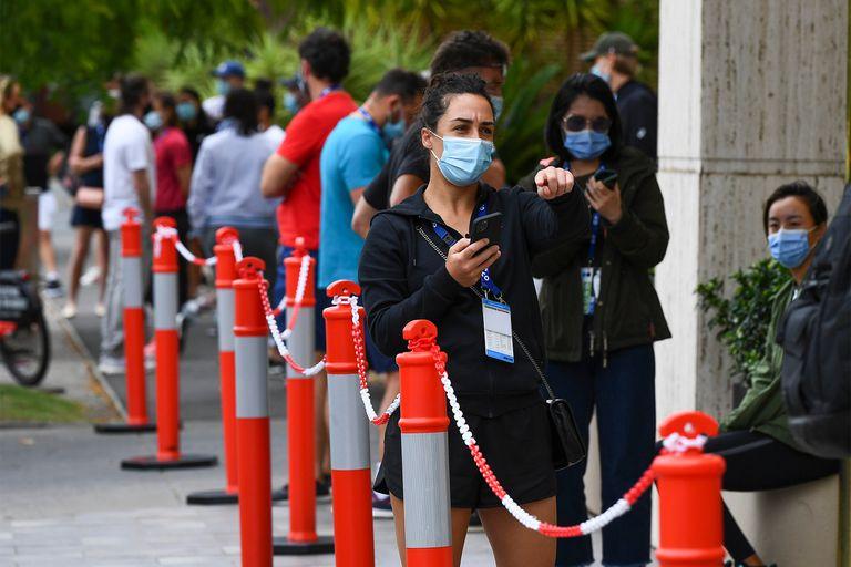 Los jugadores fueron testeados nuevamente: aquí, Martina Trevisan, la tenista italiana, espera su turno para ser hisopada en un hotel de Melbourne.