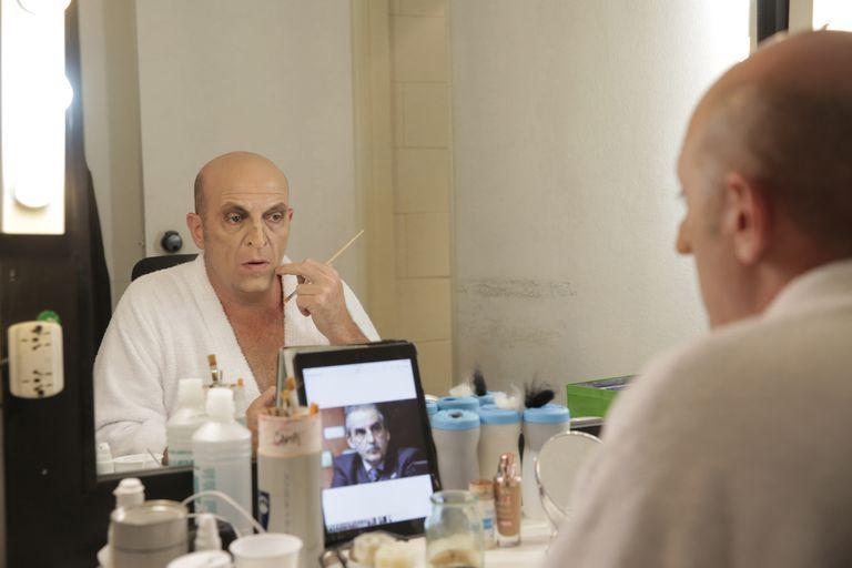 Artista integral. Martín Campi Campilongo luego de elegir a las celebridades que imitará en Peligro, sin codificar, inicia un proceso que comienza con el diseño de máscaras y pelucas que él mismo realiza.