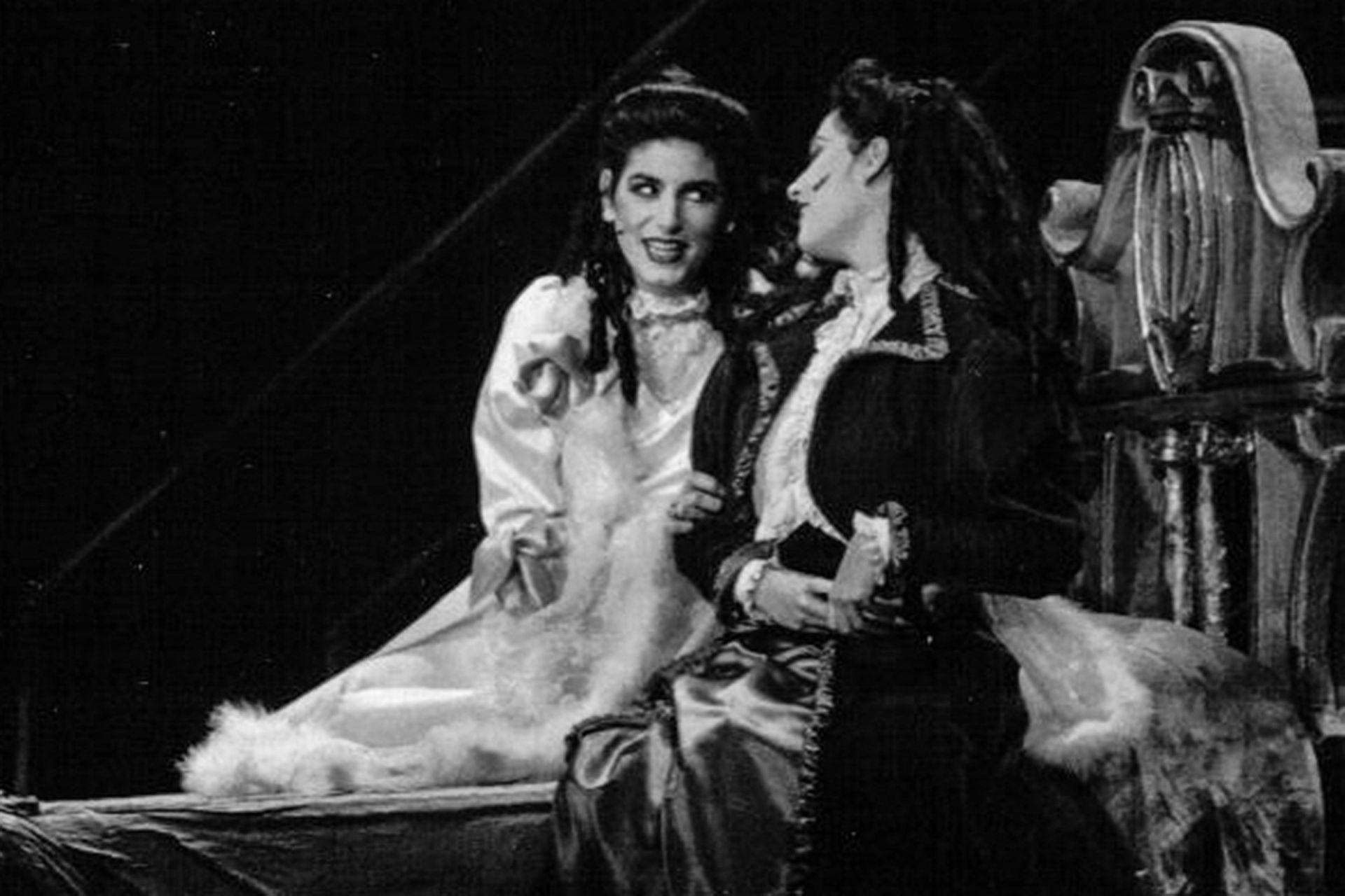 Cecilia Milone y Paola Krum, como Mina y Lucy, en la versión original de Drácula, en 1991